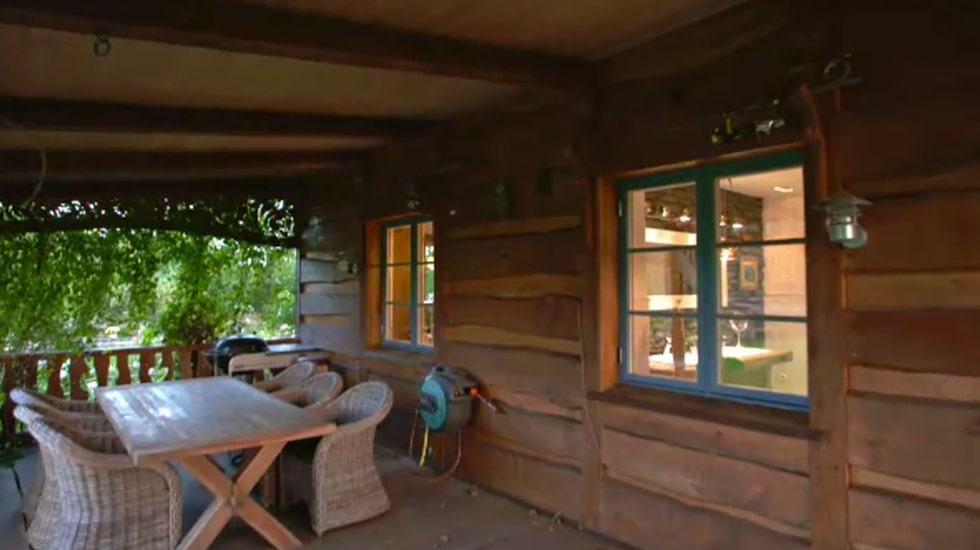 En mysig veranda att sitta på alla årstider och blicka ut över den vackra trädgården och dammen.