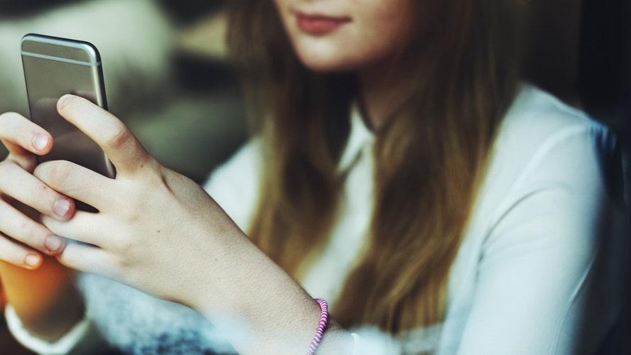 Ungdomar som tillbringar mycket tid på sociala medier kan få sämre självkänsla, enligt en enkätundersökning.