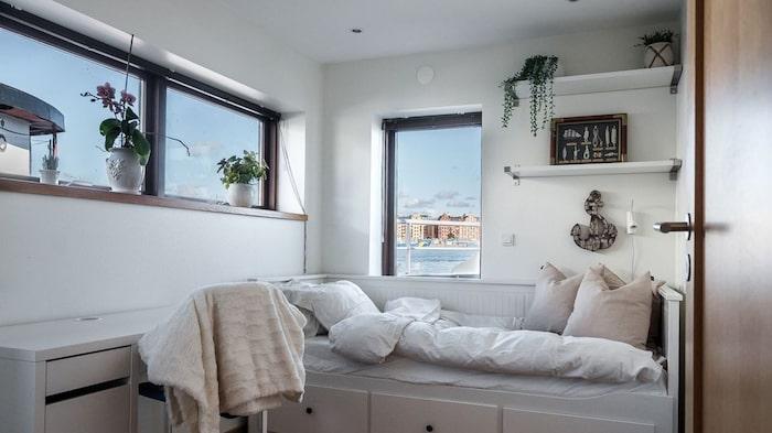 Det andra sovrummet ligger på nedre plan och är lite mindre.