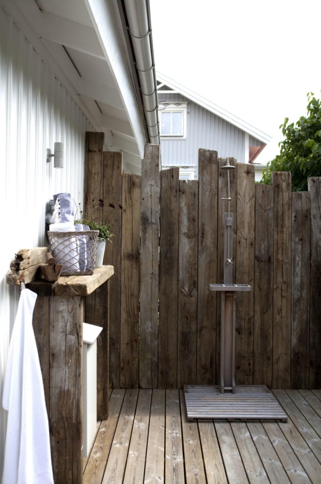 Uteduschen, som finns skyddat bakom huset, har en fondvägg och en hylla som är byggd av den gamla bryggan. Själva duschen kommer från Bruka.