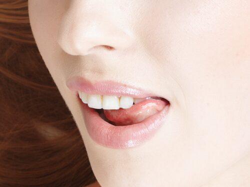 Att slicka sig om läpparna må låta klyschigt, men faktum är att många gör det omedvetet när de känner sig attraherade av någon.