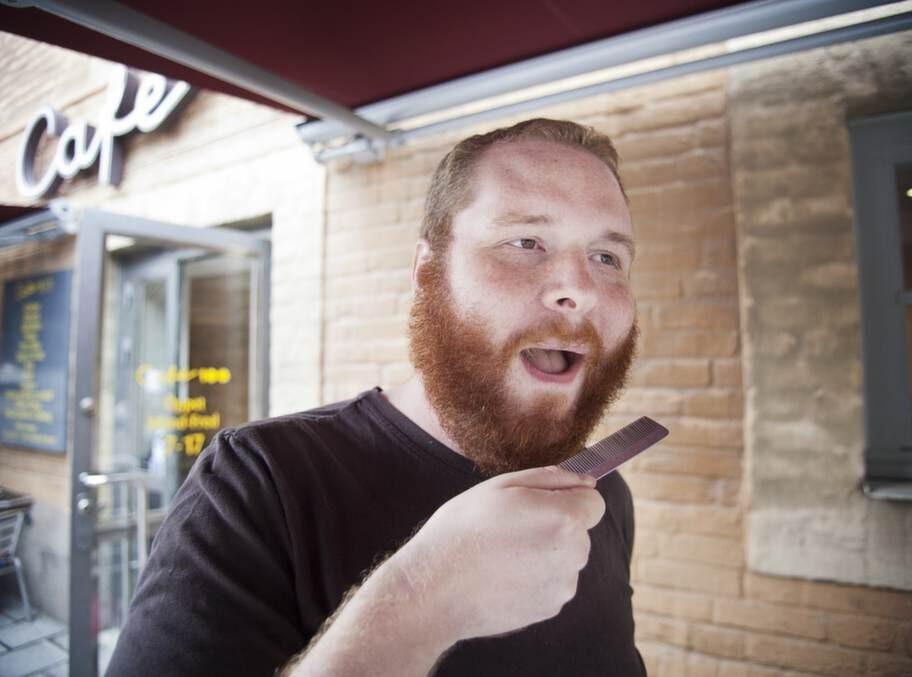 VARFÖR HAR DU SKÄGG?PEO ENGSTRÖM, 32, supportingenjör, Lidingö:-  Jag har odlat skägg i två månader eftersom jag ville se hur mycket jag  kunde odla. Jag har inte trimmat det alls men kammar det varje dag.  Efter sommaren kommer jag att raka av det och kanske spara ett  bockskägg.