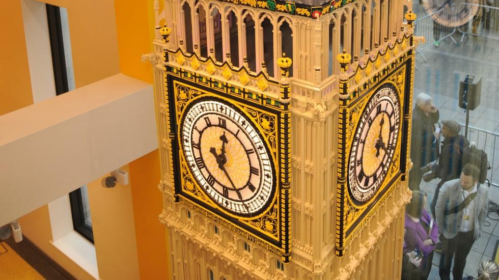 I butiken står en sex meter hög kopia av Big Ben, byggd av 200 000 legobitar.