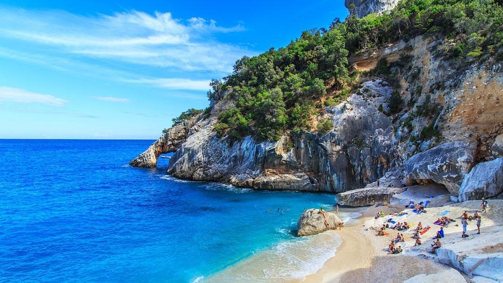 Cala Mariolu på östra sidan av Sardinien är bara en av många härliga badvikar.