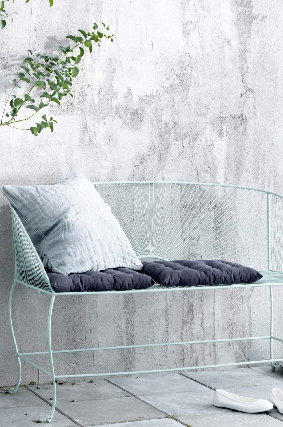 Trädgårdssoffa i retrostil av lackad metall. 129 centimeter bred, 1 699 kronor, Ellos.