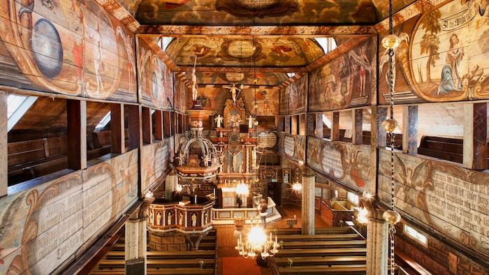 Habo träkyrkas exteriöra arkitektur imponerar, men den interiöra dekorationen får en att tappa andan.