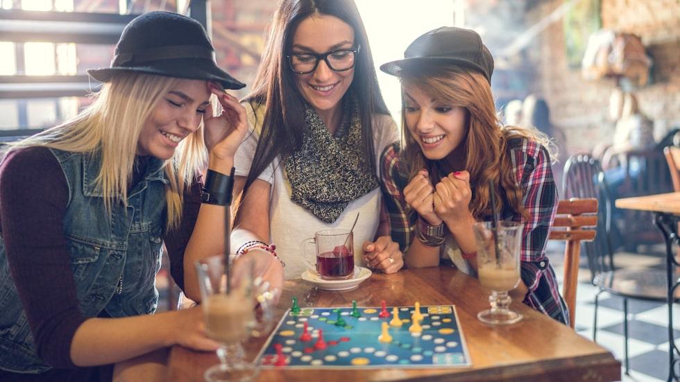 Att samla vänner och familj kring ett kul sällskapsspel är ett härligt sätt att umgås på. Är spelet roligt kan det bli en riktig succé!