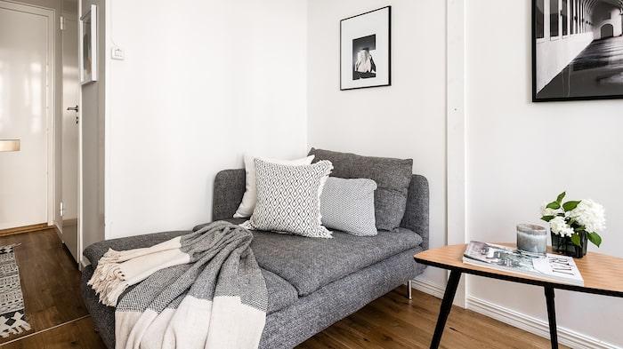 I allrummet finns plats för en liten soffa.