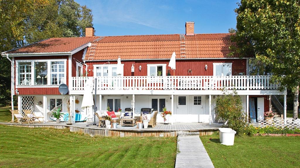 Mira Niemis hus ligger idylliskt vid en liten skogssjö i norra Uppland och har nu utsetts till Sveriges mysigaste hem.