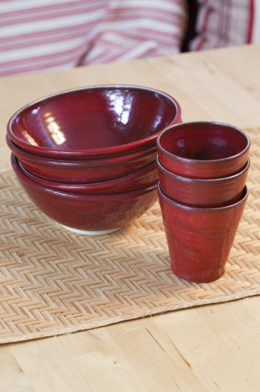 """Porslinet. Gudrun har under många år köpt keramik av Linda Kalström, """"Lindas Krukor"""" från Stenkumla på Gotland."""