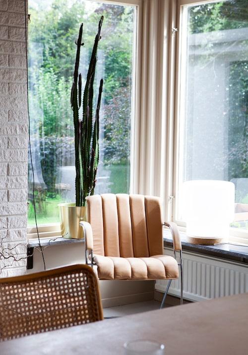 I den stora ljusa matsalen, som vetter mot trädgården, står en läderstol som tidigare stått på Johannes mammas arbetsplats. Lampa från Ikea.
