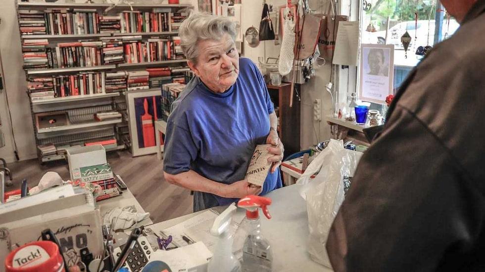 Gunilla Holm, 80, är en unik dam som på egen hand samlat in 115 000 kronor till Världens barn sedan april, på sin loppis.
