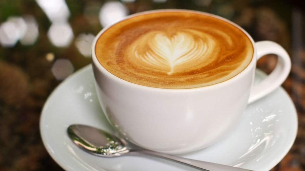 En kopp kaffe innehåller ungefär 100 mg koffein.