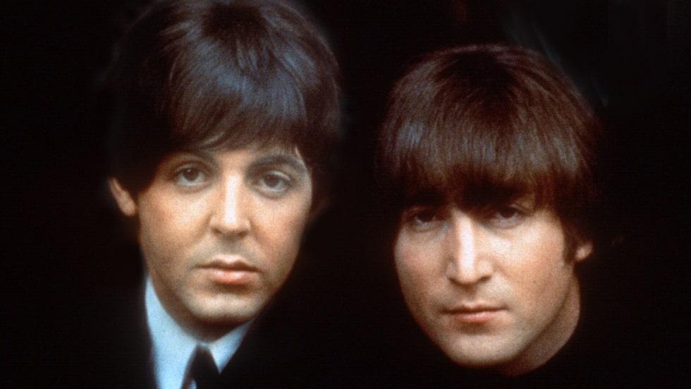 Barndomsvänner. Paul McCartney till vänster och John Lennon till höger. Bilden är från 1965. Båda växte upp i Liverpool, båda förlorade sina mammor tidigt och blev nära vänner trots att de var ganska olika