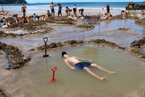 Varma och härliga Hot water beach på Coromandel, Nya Zeeland.