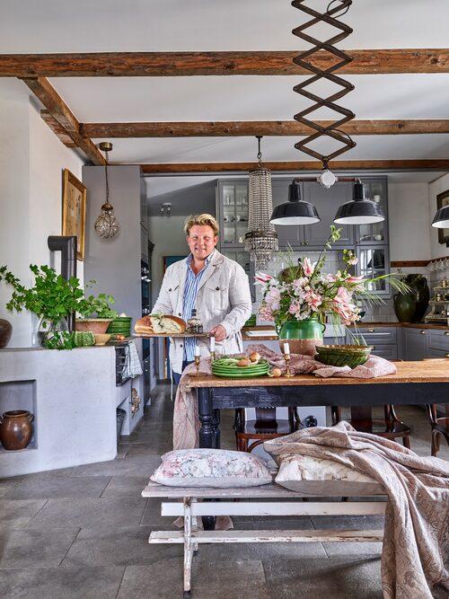 Lunchförberedelser i det rustika lantköket på Eklaholm. Karl Fredrik och Petter vill förena det bästa med Frankrike och Sverige i sitt kök. Pläd och kuddar från butiken i Eklaholm.