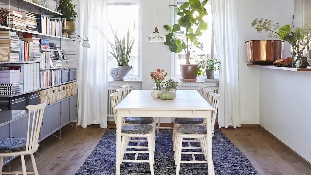 Ett stort kvadratiskt bord är bra till mycket. Familjemåltider men också som arbetsplats för den som har många bollar i luften som Hanna och Luke. Bord och stolar från Norrgavel. Taklampan är ett arvegods och har hängt i Hannas mammas vandrarhem i Småland. Hyllan är från String.