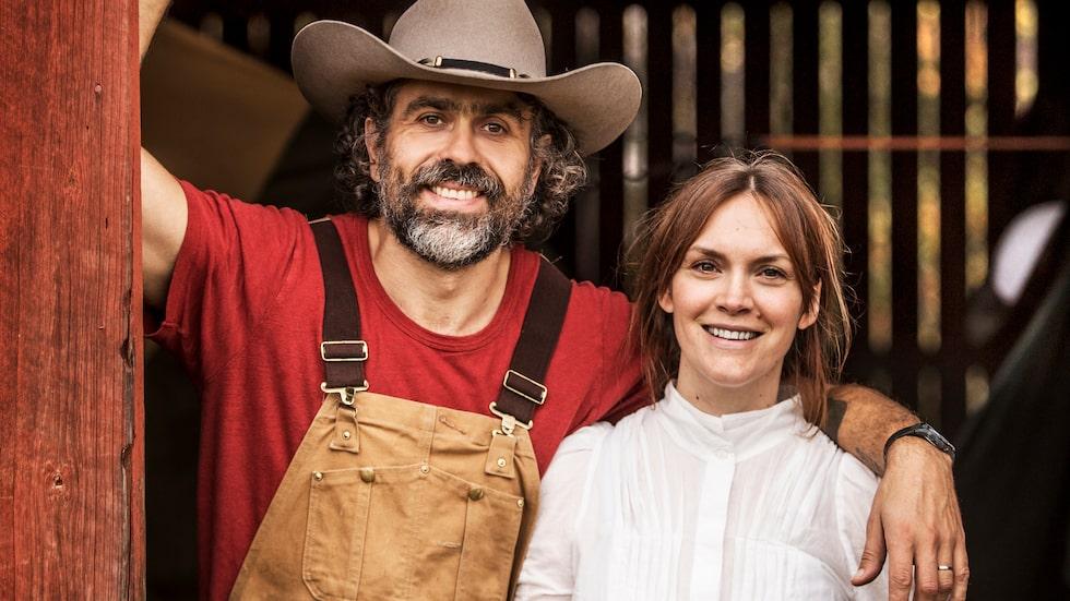 """Kalle Wahlström Zackari och Brita Zackari bodde i ett radhus i Stockholm, men drömde om ett liv på landet. Nu bor de på en bondgård där de gör allt själva – och deras första år på gården har blivit tv-serie: """"Hjälp, vi har köpt en bondgård"""" på SVT."""