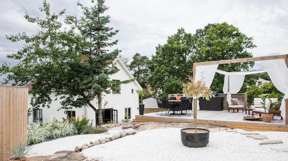 Vid den övre delen av trädgården har Frida och Ludvig lagt vit marmorkross på marken, för att det ska bli så underhållsfritt som möjligt.