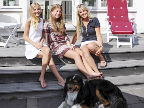 Fyra av familjens sex medlemmar på verandatrappan; Saga, Josefina, Ylva och Gizmo.