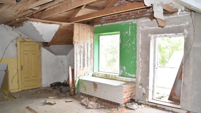 Byggnaden har fått stå ut mycket och har under flera år delvis saknat glas i fönstren.