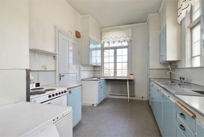 Köket i ljusblå 50-talsstil på bottenplanet.