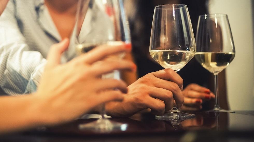 Efter en studie vill forskare att rekommendationerna för alkoholkonsumtion skärps.