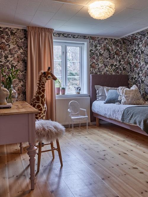Stellas rum är mysigt inrett och tapetserat med en blommig tapet. Skrivbordet som fyndats på Blocket har målats i samma rosa nyans som finns i tapeten. Tapet Delft Flower Linen, Designers Guild.