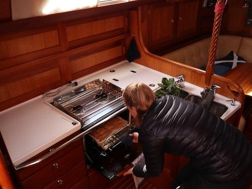 Baka bröd ombord i båtens lilla men fullt fungerande kök är inga problem – inte ens när de är ute och seglar.