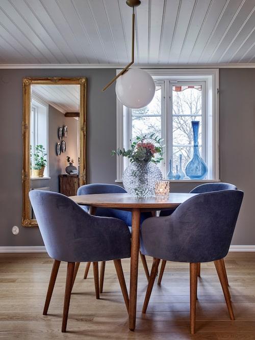 Blå vaser i fönstret är en samling från loppis. Stolar och bord, Sofacompany.