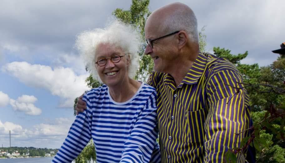"""FÅR MEDICIN. Makarna Kajsa af Petersens, 72, och Peter af Petersens, 71, har hängt ihop sedan 1961. Men år 2009 fick Kajsa diagnosen alzheimer och bor i dag på ett särskilt boende. """"Hon får medicin, men det är symptomlindrande, det finns ingen bromsande medicin, dit har vetenskapen inte kommit ännu"""" säger Peter af Petersen. Foto: Sara Strandlund"""