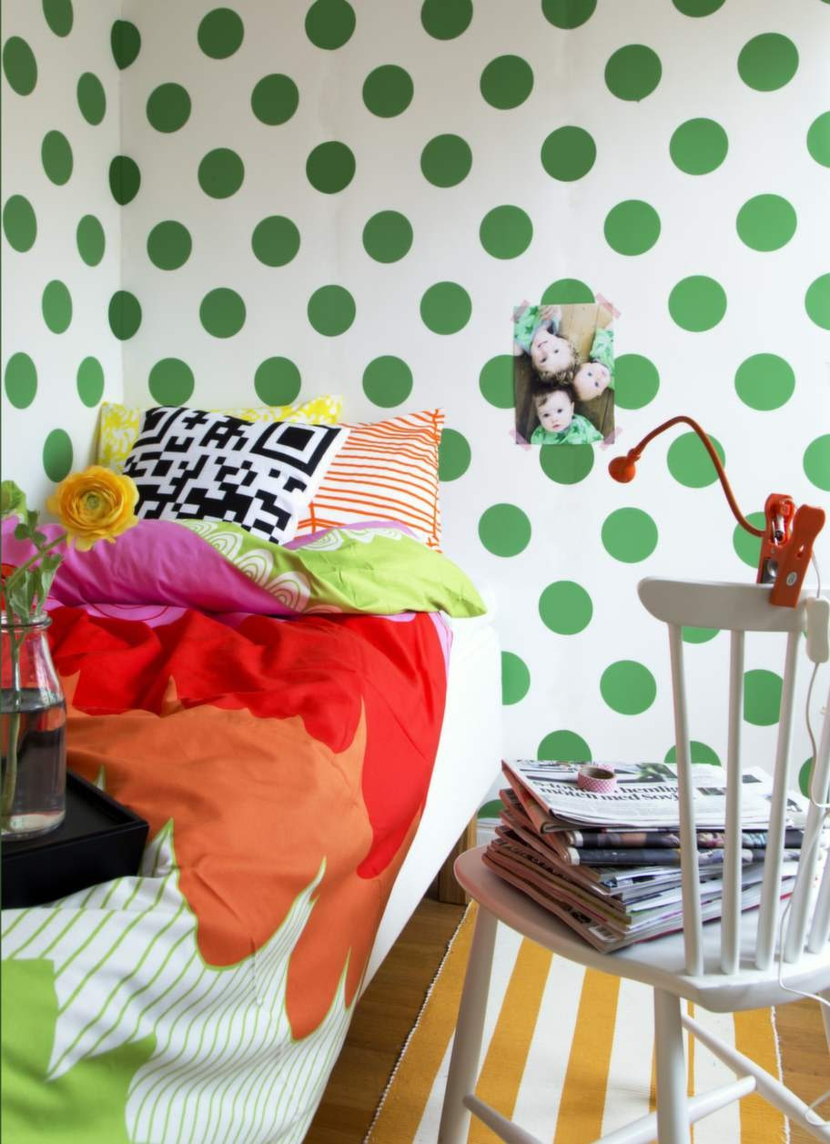 FÄRGSTARKTGlada prickar på väggen, retromönstrat påslakan och randig matta på golvet. Här är det färg som gäller. Tapet Callie Ärtgrön 299 kronor per rulle, Ellos. Påslakan Ängskrasse säljs med matchande örngott, 249 kronor, påslakanset Ödesträd i orangerandigt och påslakanset Ängsspira i gult, 399 kronor, allt från Ikea. Svartvitt kuddfodral Labyrint, 50 x 50 centimeter, 49:50 kronor, Jotex. Handvävd bolstermatta, 55 centimeter bred, 875 kronor per meter, Gysinge byggnadsvård. Vitoljad pinnstol i björk, 2 250 kronor, Norrgavel. Lampa Jansjö klämspot 99 kronor, Ikea.