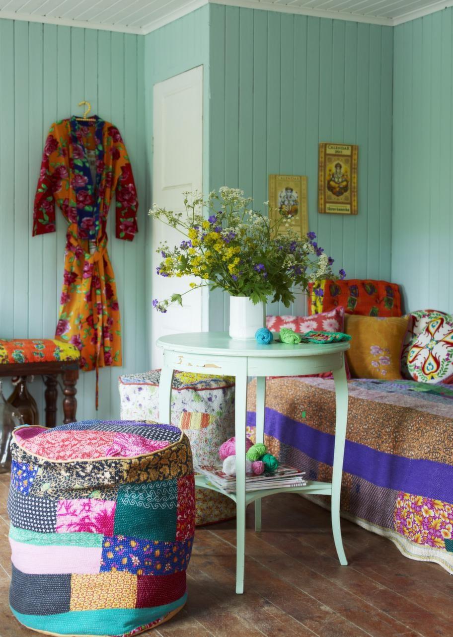 OmbonatVardagsrummet i stugan har inretts med Indien i tankarna. Färger och textilier gör det ombonat och mysigt. Sängen kan användas både som soffa och gästsäng. Överkast, 795 kronor, Afroart. Bord, 250 kronor, Myrorna. Sittpuff, 1 199 kronor, Stockholm-Bombay. Kimono, 498 kronor, Coctail. De stora glaskärlen och fotogenlampan är loppisfynd och kalendrarna är köpta i Indien.
