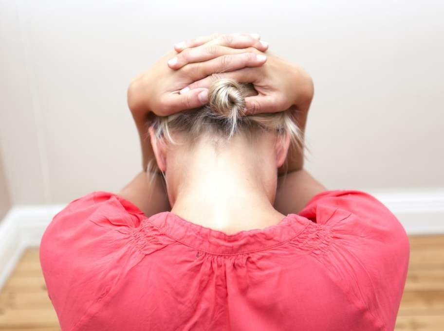 4 Ger effekt mitt i nackenGör så här: Håll in hakan så mycket som möjligt, så att du får dubbelhakor. Knäpp händerna över bakhuvudet och fäll ner huvudet utan att falla framåt med resten av överkroppen. Håll armbågarna så tätt ihop du kan.Effekt: Med den här övningen kommer du åt musklerna som ligger i mitten av nacken. Här är det vanligt att man är stel ända från huvudet och ner mellan skulderbladen.