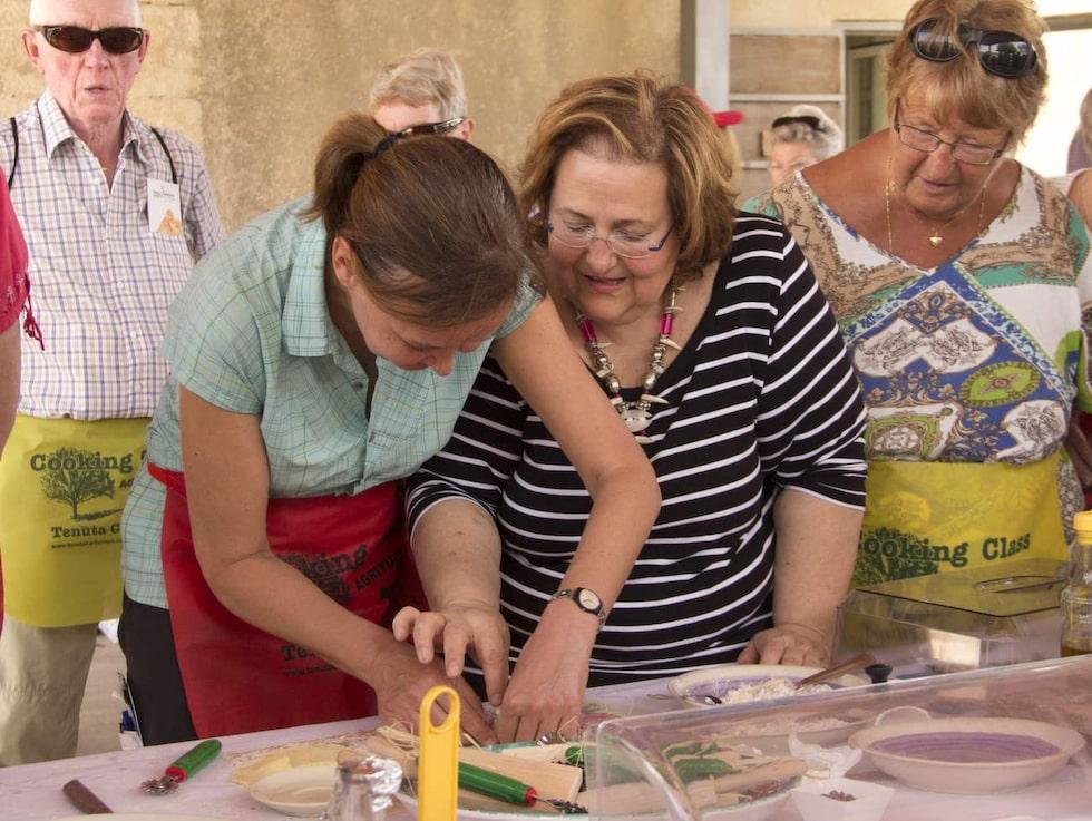 Matlagningskurs. Ägarinnan Nella Tuminello hjälper Söndags reporter Elisabet Axås att göra Cassata, en siciliansk efterrätt.