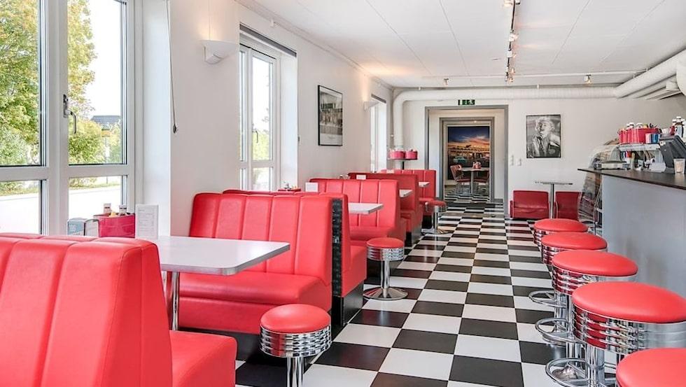 Restaurangen har en tidstypisk 50-talsinredning i rött, krom och vitt, med schackrutigt golv, och rymmer cirka 50 personer.