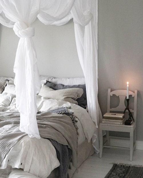 Sänghimmeln i sovrummet ger en romantisk känsla och passar bra tillsammans med rustika lakan i linne.