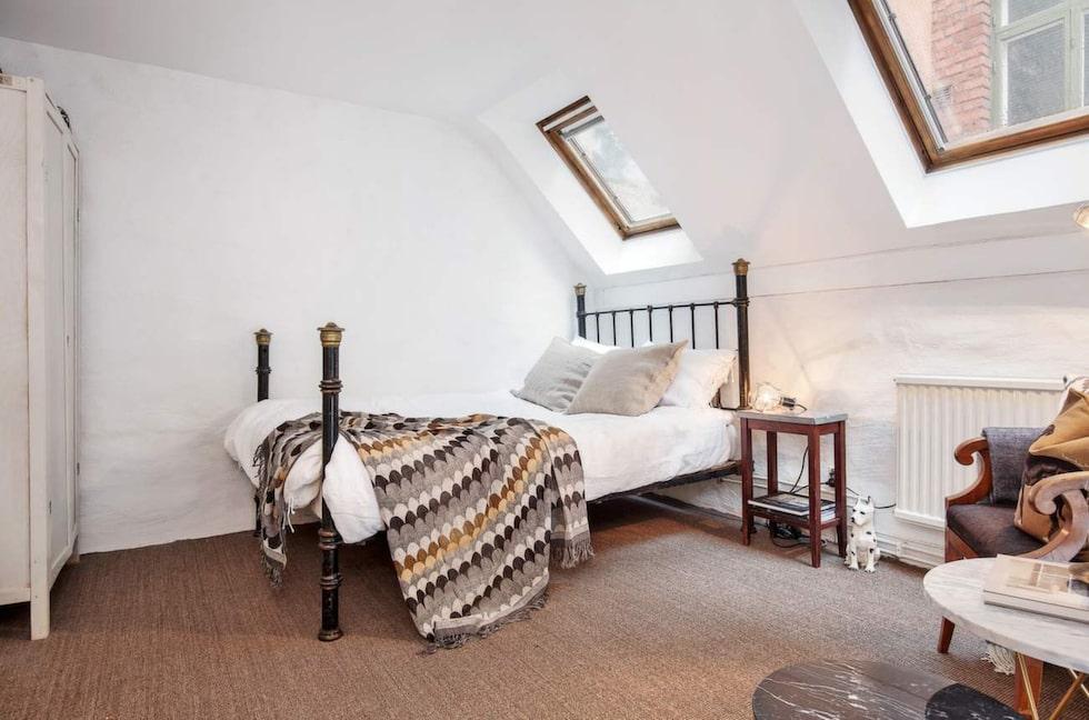 Sovrum en trappa upp i det lilla huset.