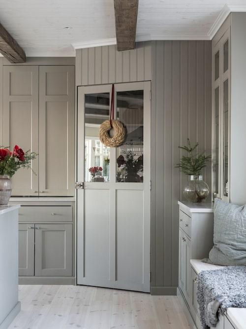 """Köksstommarna från Ikea har klätts in med trä av en snickare som även gjort luckorna. """"Jag har alltid älskat känslan som ett gammaldags skafferi ger så när vi planerade vårt kök stod det högt på listan"""", säger Sarah."""