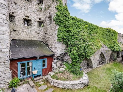 Det lilla huset är inbyggt i ringmuren i Visby.