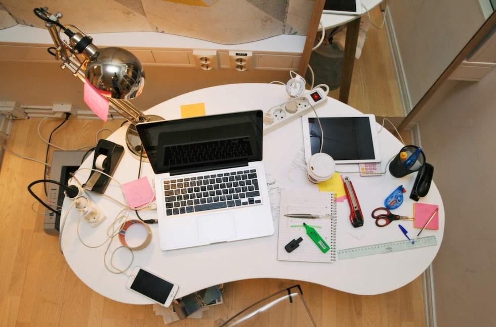 Känner du igen det här? En av de vanligaste platserna för sladdkaos hemma är skrivhörnan.