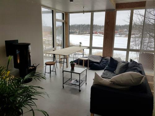 De många och stora fönsterpartierna bjuder på härligt ljusinsläpp och fantastisk utsikt över sjön.