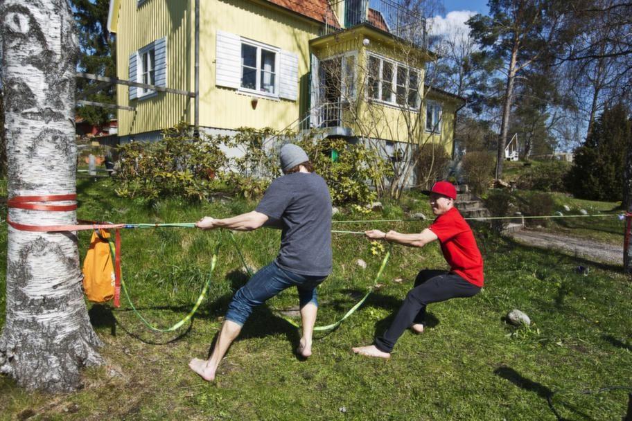 Här får Niklas hjälp av Martin Lundqvist att spänna linan.