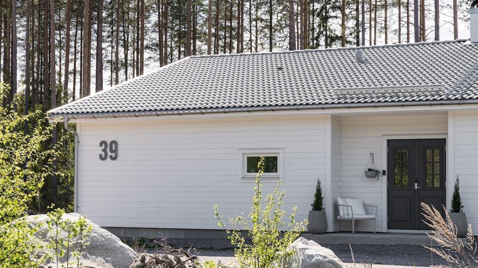 Husbygget påbörjades i juni 2018, och ett år senare kunde familjen flytta in i sitt älskade hus i Mårdäng, norr om Gävle.