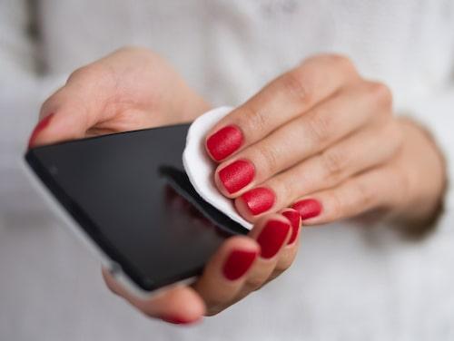 Kom ihåg att rengöra mobilen regelbundet.