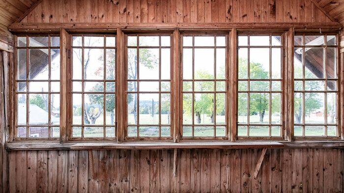 Vackra fönster på den inglasade balkongen.