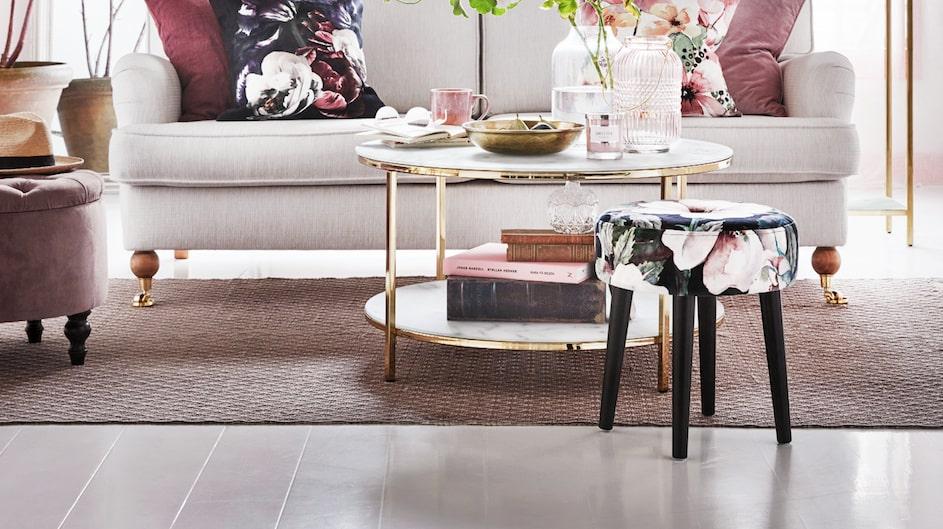 Mycket typiskt för Mio-katalogen 2018, med rosa och lena nyanser. Här är bland annat det stilrena soffbordet Nelly. Pris från 1 495 kronor.