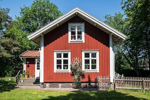 Huset är byggt under sent 1800-tal. 1915 togs torpet i bruk av bygdens telefonstation, men då telefonnätet automatiserades 1949 tog kommunen över huset.