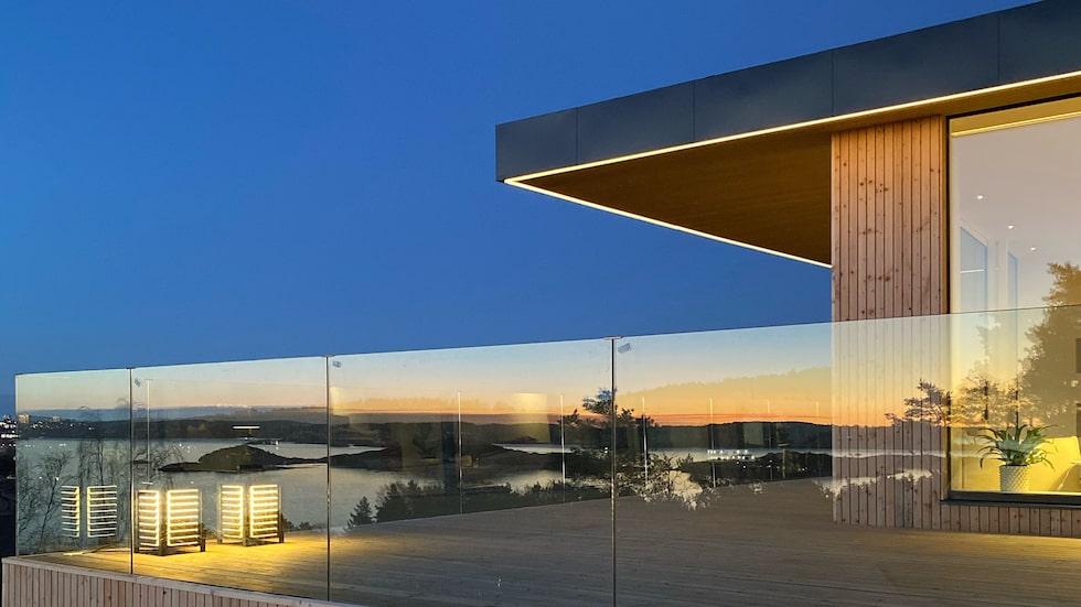Drömvillan ligger i Stenungsund med fantastisk utsikt över havet. Inspirationen kommer från femtiotalets Case Study-hus i Los Angeles, med utsvävande tak, många stora fönster och öppna planlösningar.