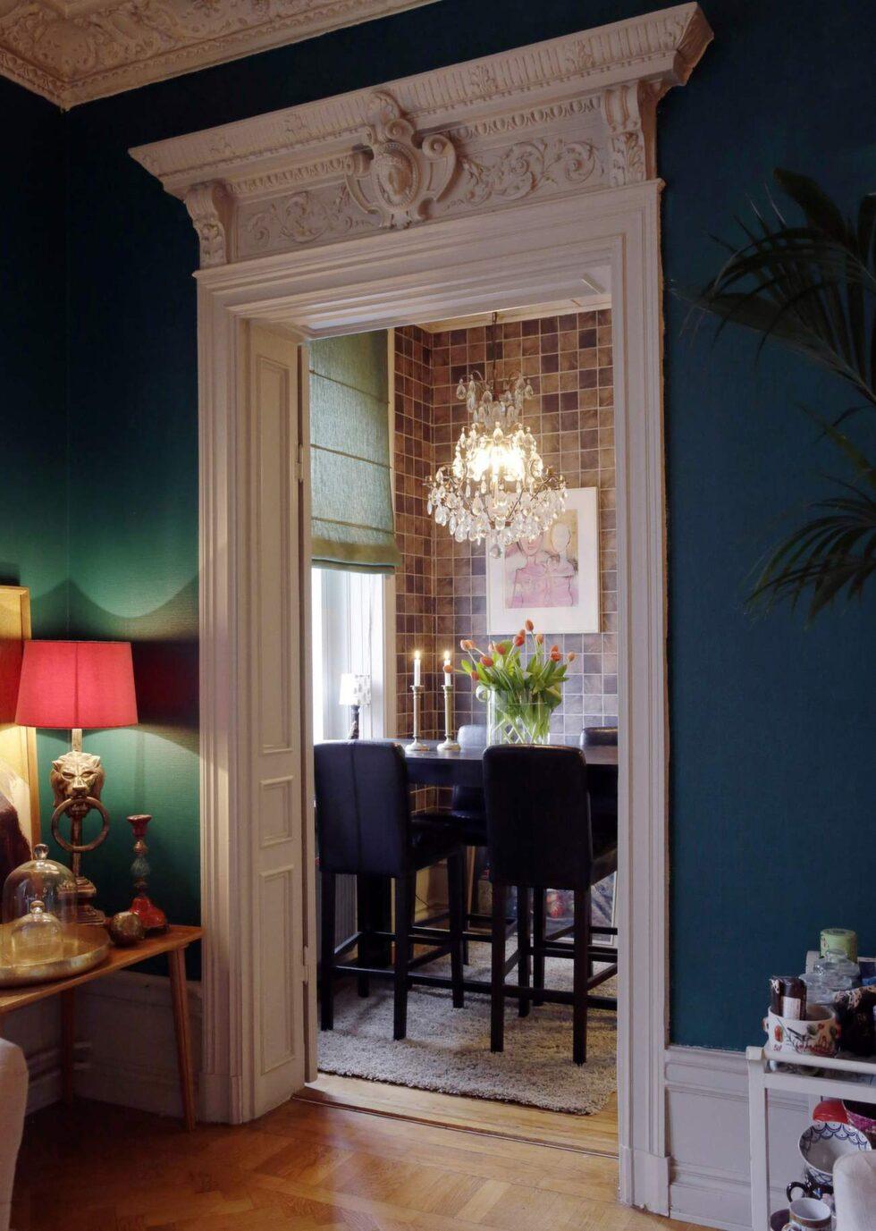 Stuckaturer. Lägenheten är från 1886 och har stuckatur kring alla dörrar och tak, liksom takrosetter.